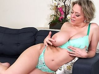Cougar With Fat Tits Dee Williams Reaches An Orgasm Using Her Frigs